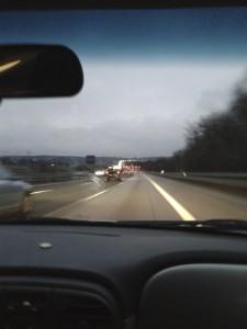 Beim Autofahren aus dem Fenster blicken
