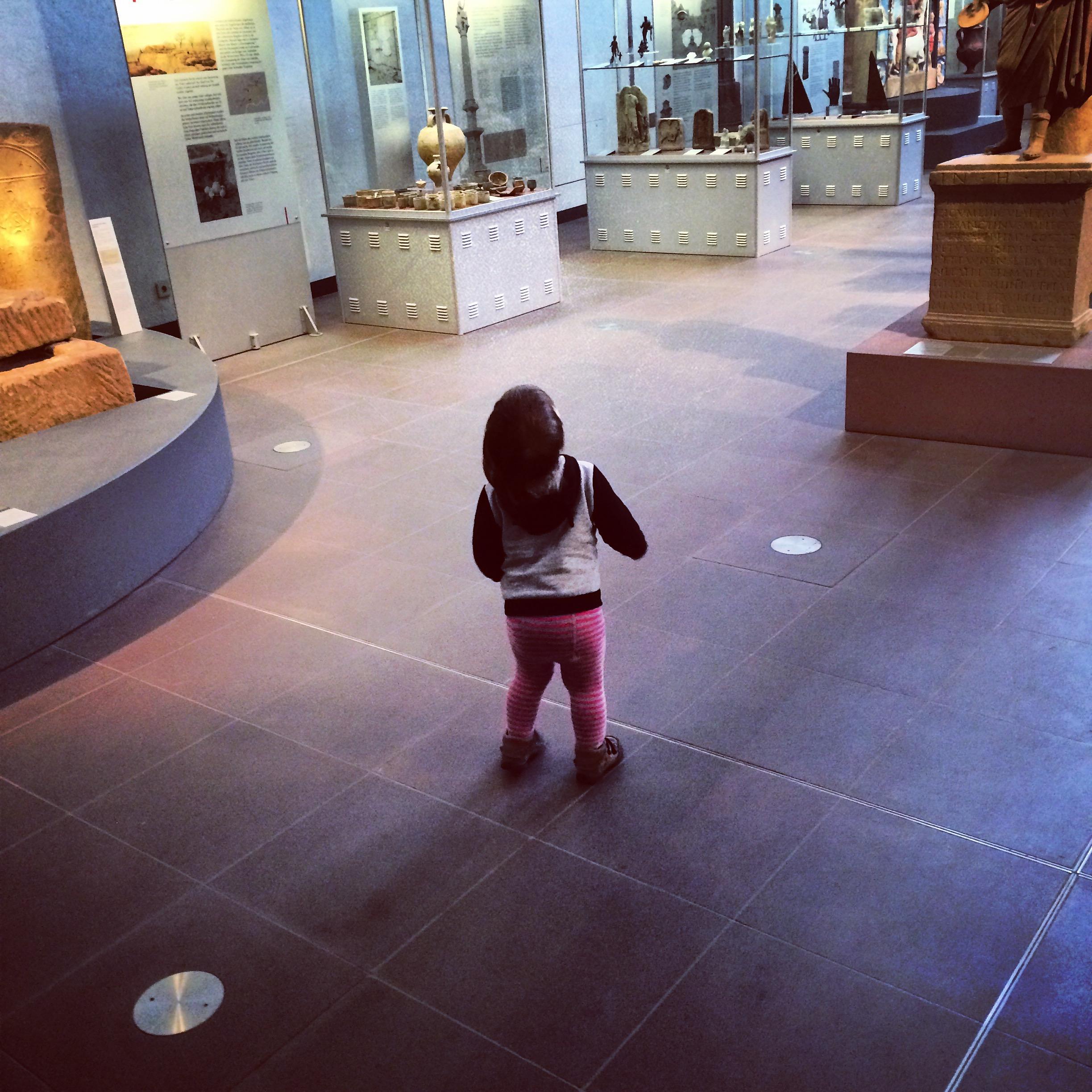 Kind im Museum: Ob es laut ist, klebt, riecht oder unangenehme Fragen stellt, ist nicht überliefert.